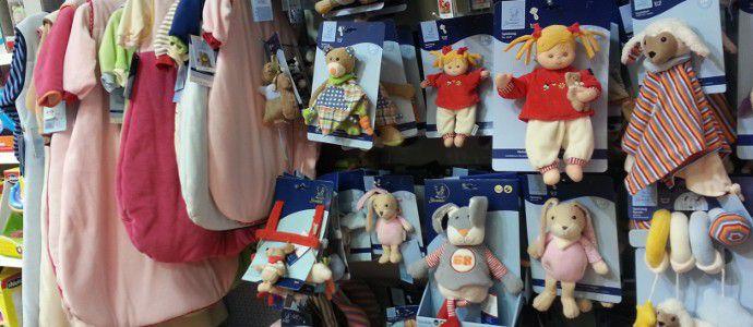 Babykleidung in der Babyabteilung des Spielzeugladens Zwerg Nase Bernau
