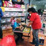 Malen für die Kleinen beim verkaufsoffenen Sonntag im Spielzeugladen Zwerg Nase Bernau