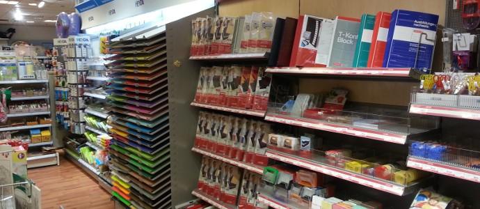 Büro- und Schreibmaterialien befinden sich in der Schreibwarenabteilung des Spielzeugladens Zwerg Nase in Bernau