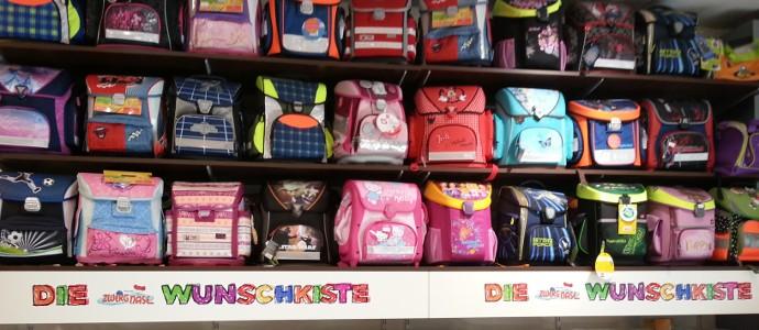 Schulmaterialien vom Schulranzen bis Füller befinden sich in der Schreibwarenabteilung des Spielzeugladens Zwerg Nase in Bernau